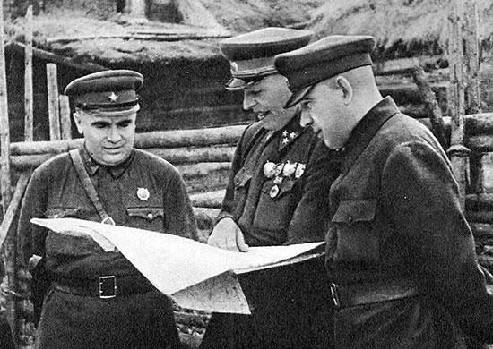 Командующий Северо-Западным фронтом П.А. Курочкин (справа), командующий 1-й ударной армией В.З. Романовский (в центре), член Военного совета армии Д.Е. Колесников. 1942 г.