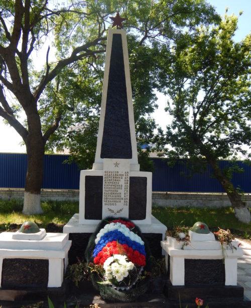 с. Александровка Ейского р-на. Памятник по улице Советской 30в, установленный на братской могиле советских воинов.