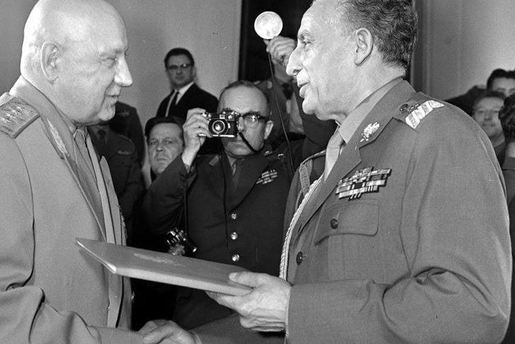 Министр национальной обороны ПНР маршал Польши М. Спыхальский вручает польскую медаль «Братство по оружию». 1966 г.