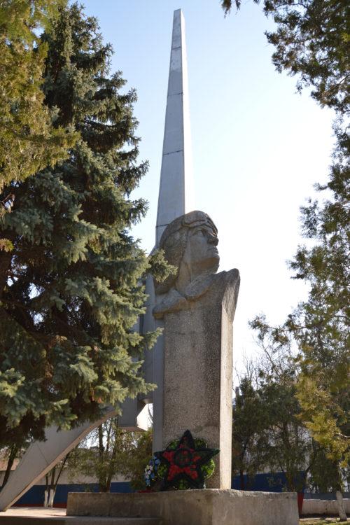 г. Ейск. Памятник авиаторам - выпускникам Ейского авиаучилища.