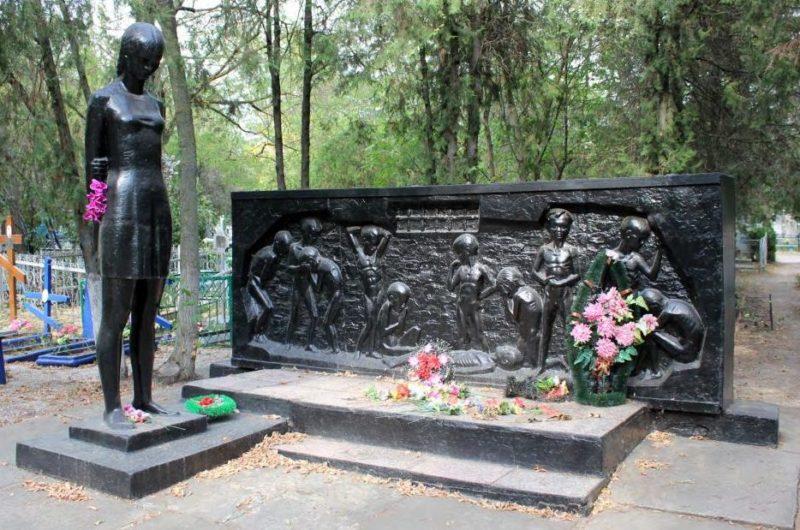 г. Ейск. Памятник на кладбище, установленный на могиле, в которой похоронено 214 советских детей, зверски умерщвленных в душегубках оккупантами в октябре 1942 г.