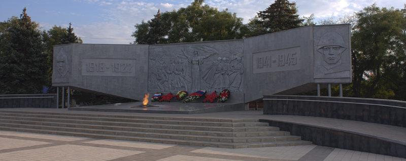 Стела и «Вечный огонь» мемориала.