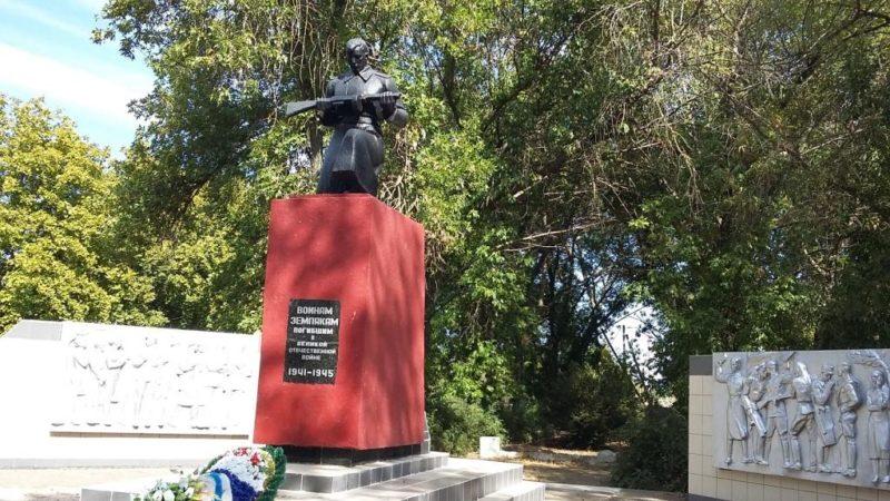 с. Кухаривка Ейского р-на. Памятник землякам, установленный по улице Победы 19.