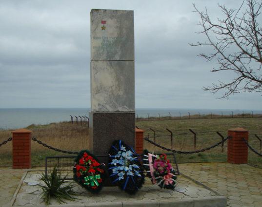 ст-ца. Голубицкая Темрюкского р-на. Могила неизвестного советского воина на кургане у Керченского маяка.