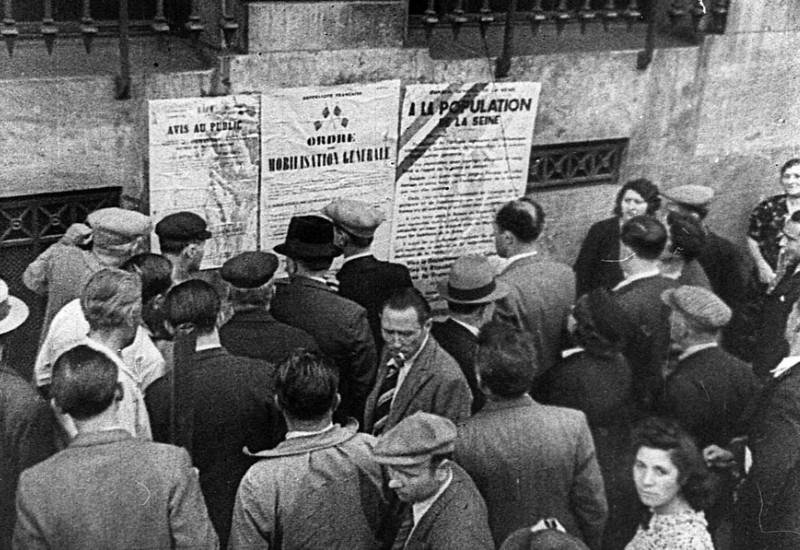 Парижане читают Декрет о всеобщей мобилизации. 2 сентября 1939 г.