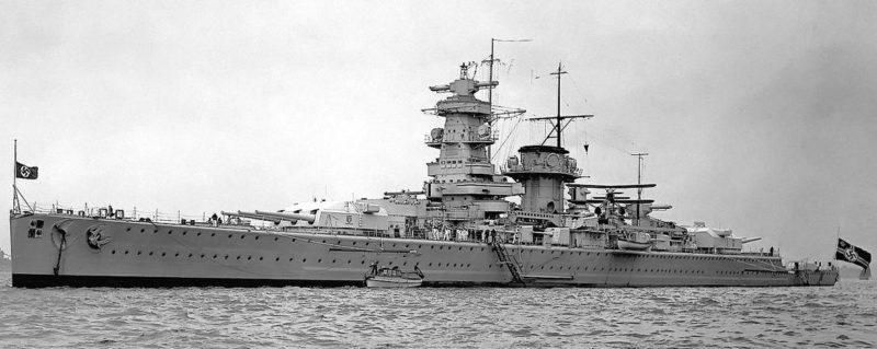 Немецкий тяжелый крейсер «Адмирал граф Шпее». Скорость 26 узлов. Вооружение: 6 орудий калибра 283 мм в трёхорудийных башнях; 8 орудий калибра 150 мм в одноорудийных установках; 6 зенитных орудий калибра 105 мм. Дальность стрельбы орудий главного калибра 27,4 км.