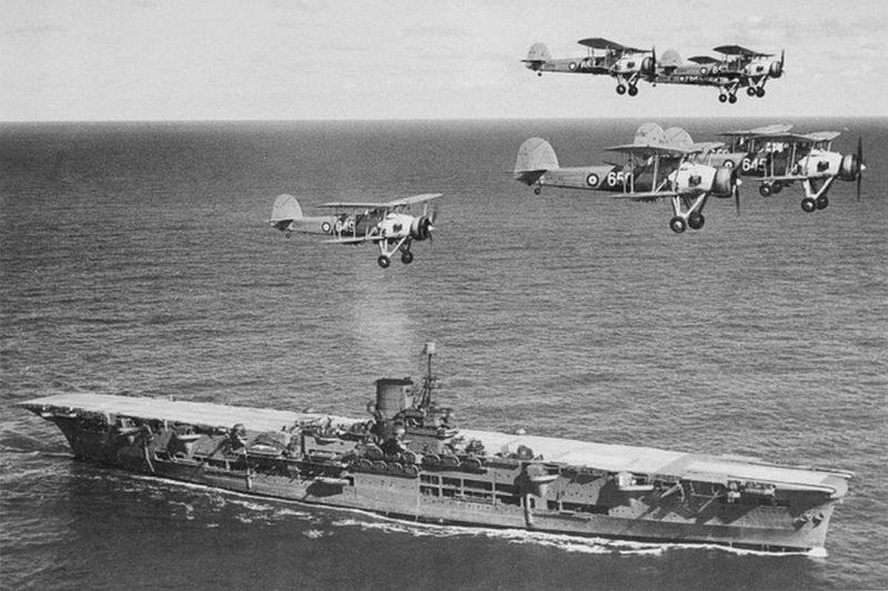 Авианосец «Ark Royal» с самолетами «Swordfish». 1939 г.