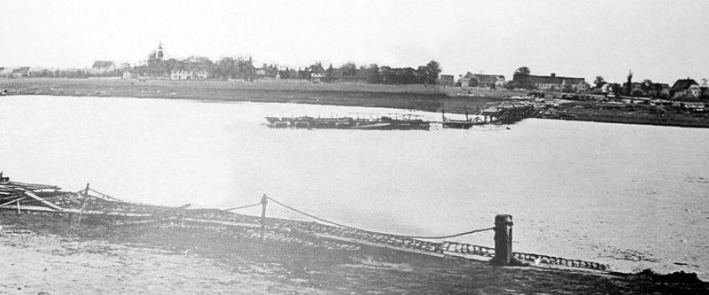 Разрушенный понтонный мост в районе Якобстала. 24 апреля 1945 г.