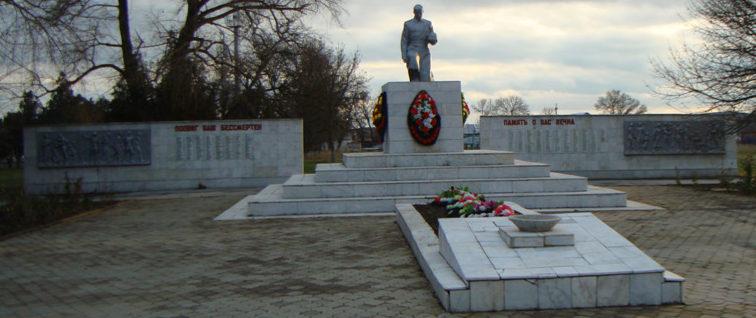 ст-ца. Вышестеблиевская Темрюкского р-на. Памятник на улице Ленина, установленный на братской могиле, в которой похоронено 129 советских воинов, погибших в боях с фашистскими захватчиками.