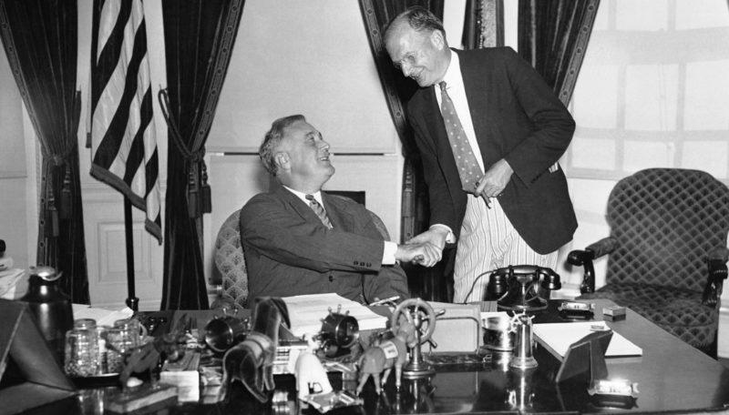 Президент Франклин Рузвельт приветствует сенатора Бертона К.Уилера в Белом доме, после подписания Закона о нейтралитете в августе 1935 года.