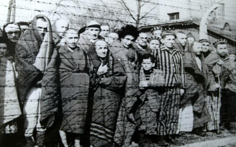 Узники концлагеря во время освобождения.