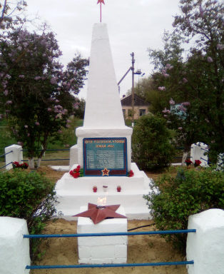 х. Верхняковский Верхнедонского р-на. Обелиск, установленный в 1965 году по улице Торговой 22, советским воинам, погибшим в годы войны.