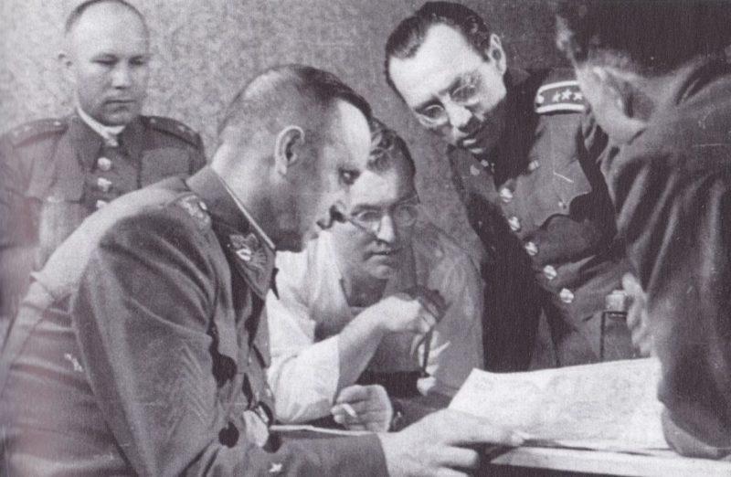 Руководители военной структуры Пражского восстания во главе с Франтишеком Бюргер-Бартошем.