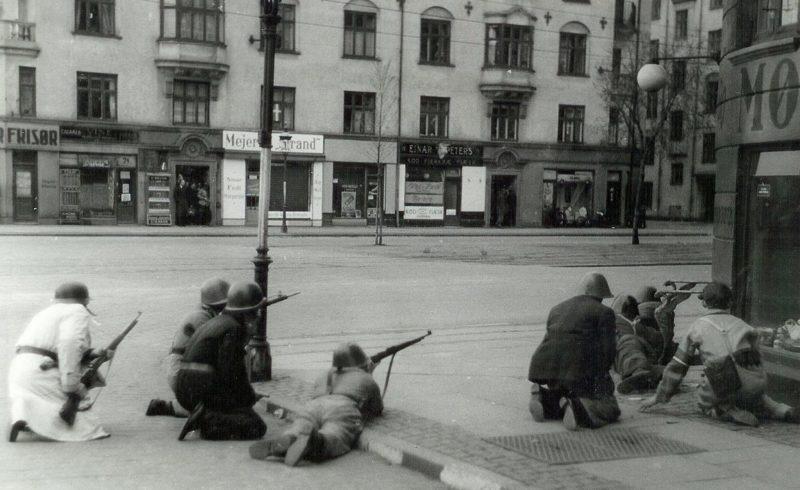 Датские бойцы сопротивления в перестрелке с немецкими солдатами.