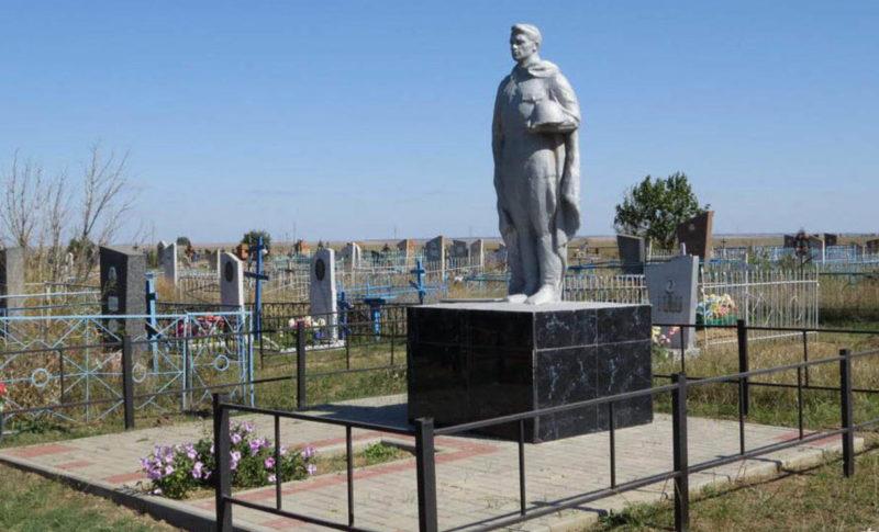 п. Байков Зимовниковского р-на. Братская могила 4 неизвестных воинов и могила рядового Суркова В. М., погибших в январе 1943 года при освобождении посёлка.