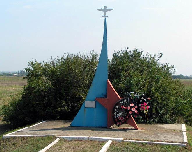 Темрюкский р-н. Братская могила советских летчиков у шоссе Анапа-Темрюк.