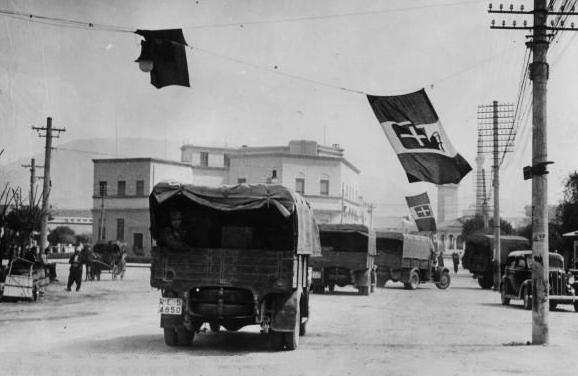 Колонна итальянских войск входит в Албанию.