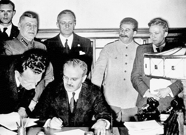 Иоахим фон Риббентроп и Вячеслав Молотов подписывают договор.