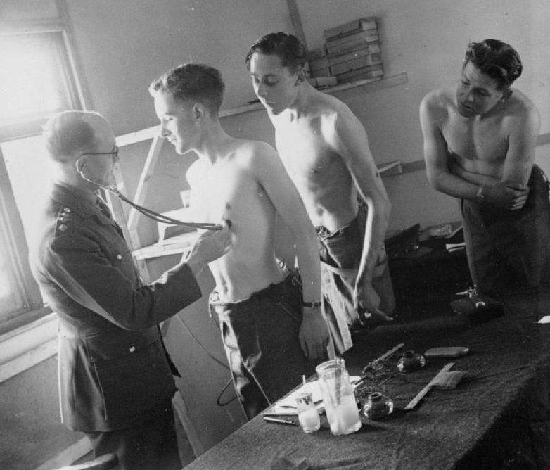 Медицинский осмотр призывников Британской армии.