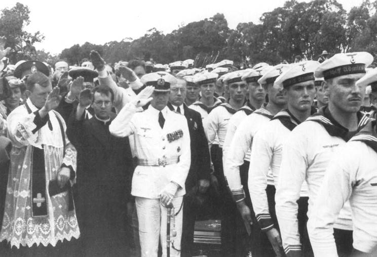 Командир крейсера «Адмирал граф Шпее» Hans Langsdorff с экипажем.