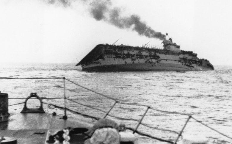 Британский авианосец «Courageous» тонет после попадания торпед с немецкой подводной лодки «U-29». Сентябрь 1939 г.