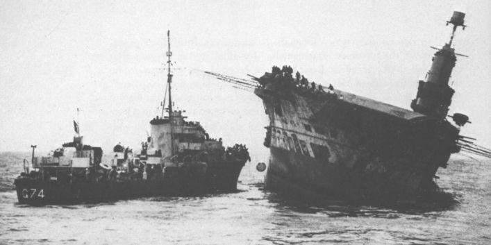 Эсминец «Легион» подбирает команду тонущего авианосца «Арк Ройал».