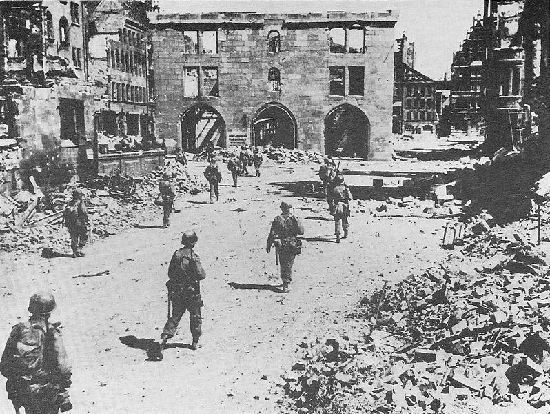 Американские солдаты 3-й пехотной дивизии в разрушенном Нюрнберге.
