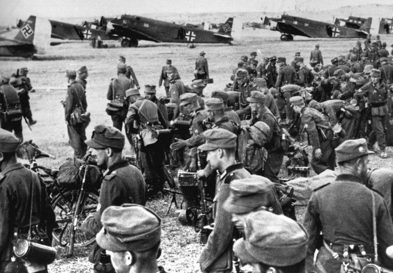 Немецкие горные егеря перед погрузкой на аэродроме.