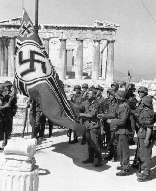 Немецкие солдаты поднимает немецкий военный флаг над Акрополем.