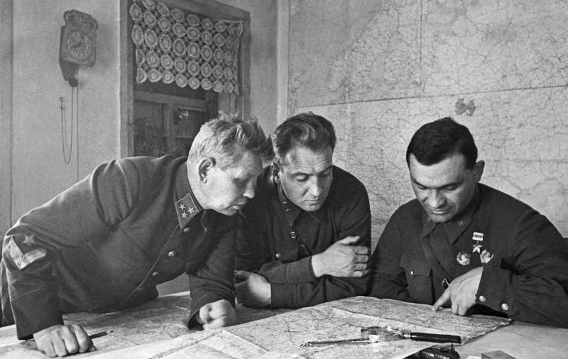 Командующий 57-й армией генерал-лейтенант Дмитрий Рябышев (слева), член Военного Совета армии дивизионный комиссар Федор Воронин и заместитель командующего армией генерал-майор Яков Крейзер (справа). 1942 г.