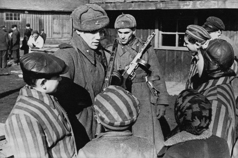 Советские солдаты общаются с детьми, освобождёнными из концлагеря.