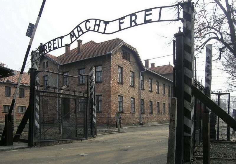 Ворота лагеря «Аушвиц I» с надписью «Труд освобождает».