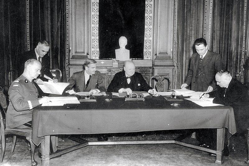 Подписание соглашения. Слева направо, сидят: Сикорский, Иден, Черчилль и Майский. Лондон 30 июля 1941 г.