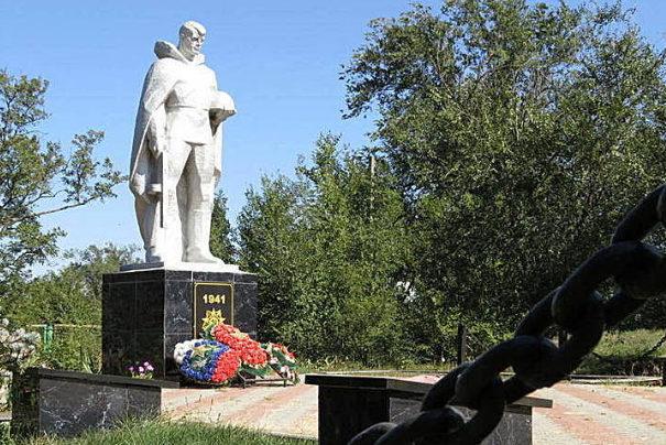 п. Байков Зимовниковского р-на. Мемориал воинам-односельчанам, погибшим в годы войны.