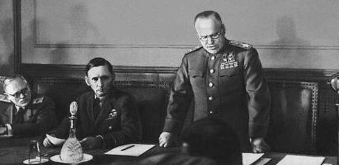 Жуков зачитывает акт о капитуляции в Карлсхорсте. Рядом с Жуковым - Артур Теддер.