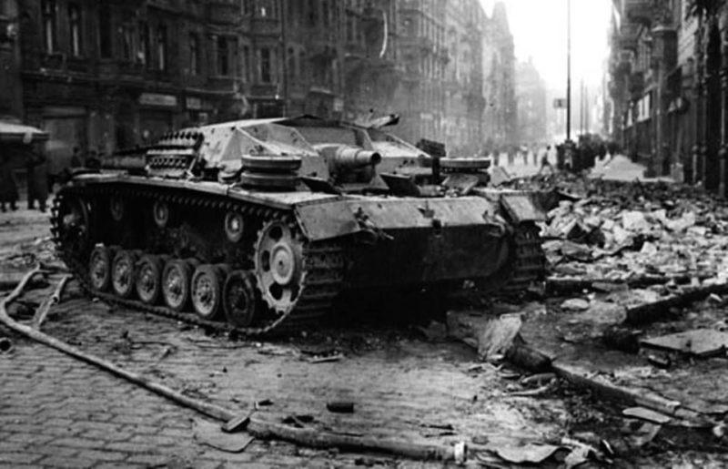 Брошенная немецкая САУ «StuG III» на улице Праги.