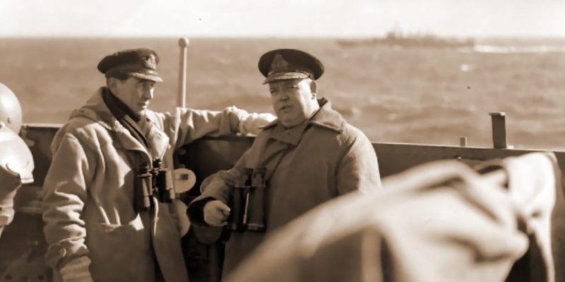 Командир «Эдинбурга» кэптен Хью Фолкнер и командующий 18-й эскадры крейсеров контр-адмирал Стюарт Бонэм-Картер на мостике крейсера «Edinburgh».