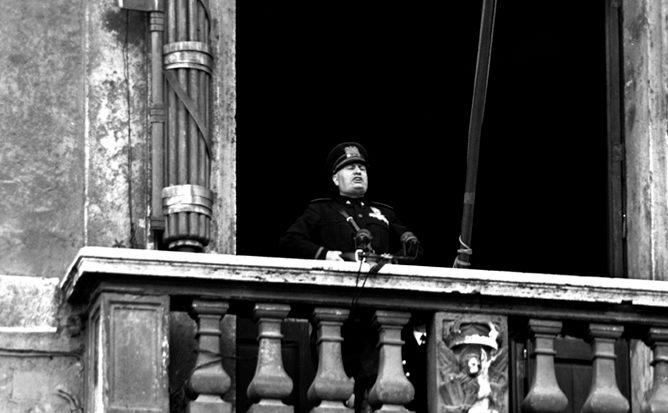 Муссолини делает заявление об объявлении войны с балкона римского Палаццо Венеция. 10 июня 1940 г.