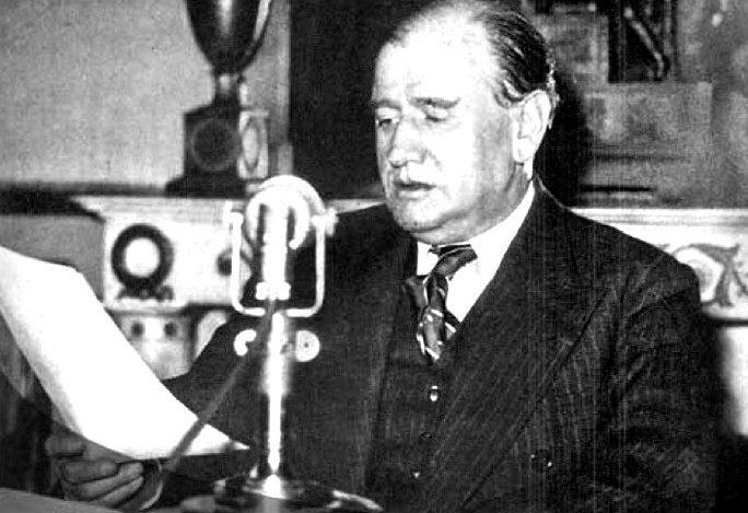 Премьер-министр Франции Даладье выступает по радио с объявлением войны Германии.