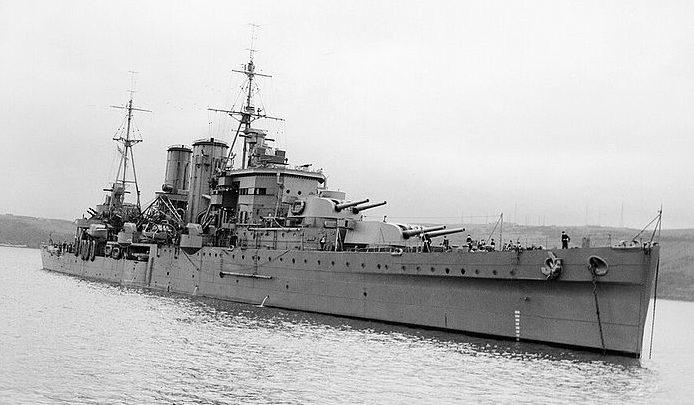 Британский тяжелый крейсер «Exeter». Скорость 31,25 узла. Вооружение: 6 орудий калибра 203 мм в двухорудийных башнях; 4 зенитных орудия калибра 102 мм. Дальность стрельбы орудий главного калибра 24,7 км.