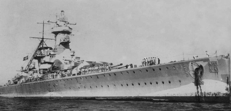 Поврежденный немецкий тяжелый крейсер «Адмирал граф Шпее» в Монтевидео. Декабрь 1939 г.