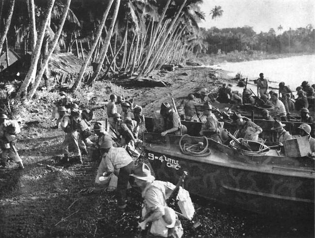 Новозеландские войска высаживаются на Соломоновых островах.