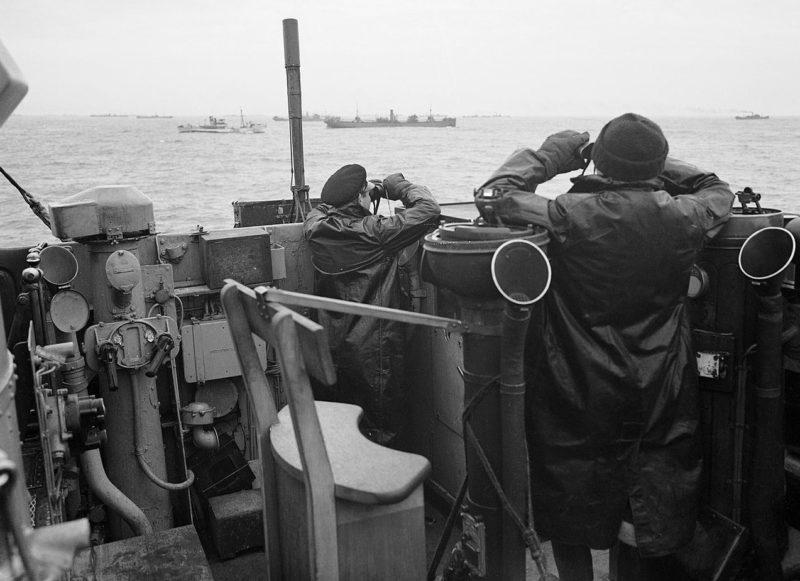 Поиск немецкой подлодки во время сопровождения конвоя.