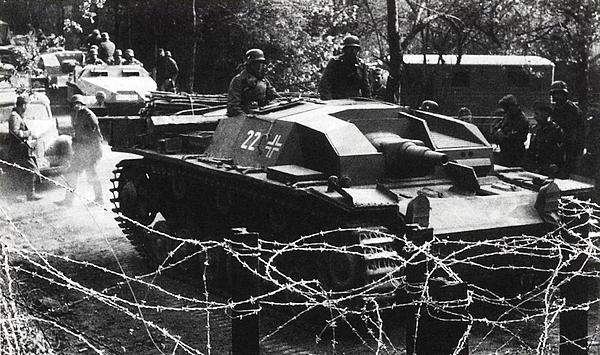 Подразделение штурмовых орудий пересекает голландскую границу. Май 1940 года.