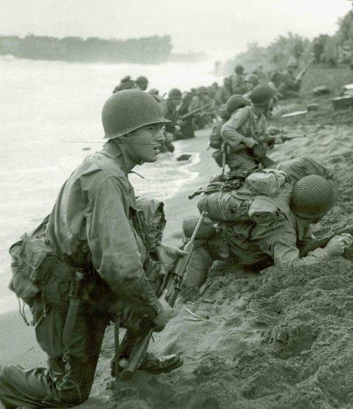 Высадка американских солдат на берег острова Новая Гвинея в районе города Аитапе.
