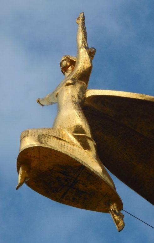 Скульптура богини Ники на стеле.