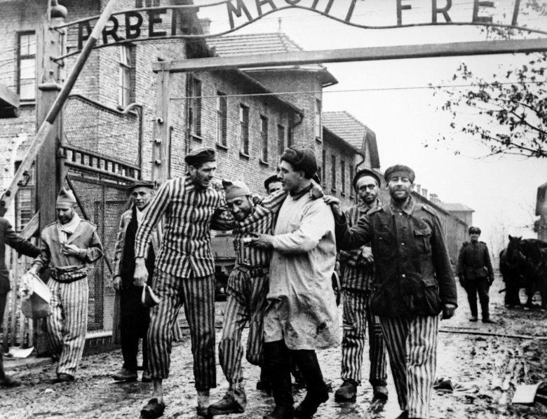 Советские солдаты выводят освобождённых узников концлагеря.