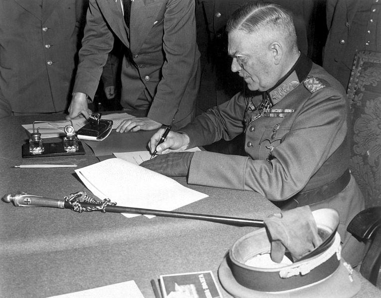 Кейтель подписывает капитуляцию в Карлсхорсте.