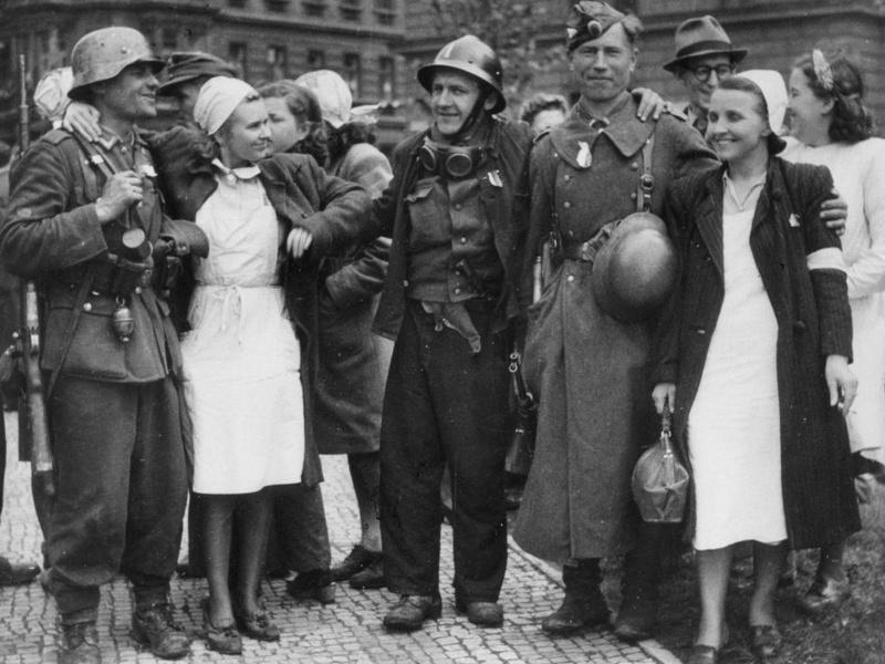 Солдаты 1-й пехотной дивизии РОА с участниками Пражского восстания.