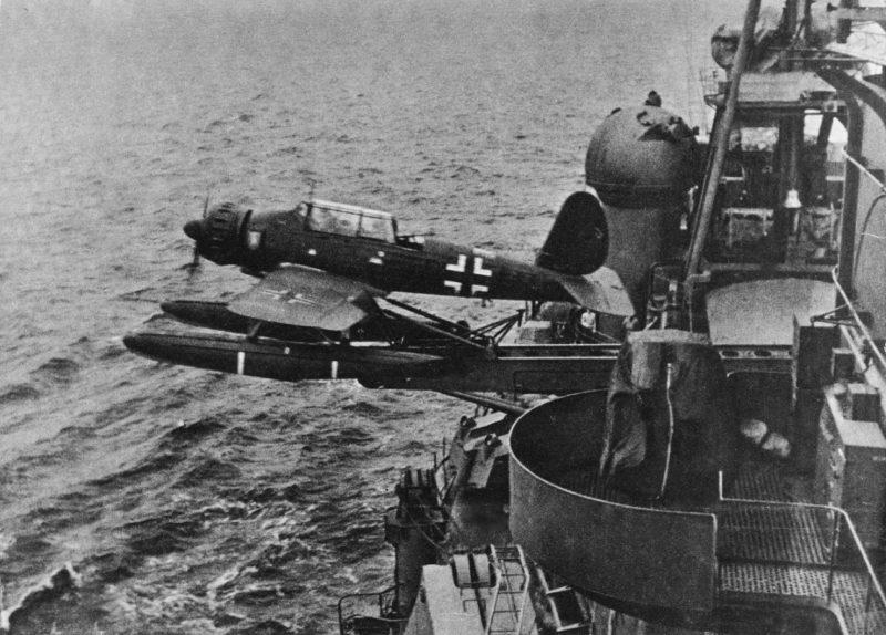 Гидросамолет Arado «Ar 196» на катапульте крейсера.